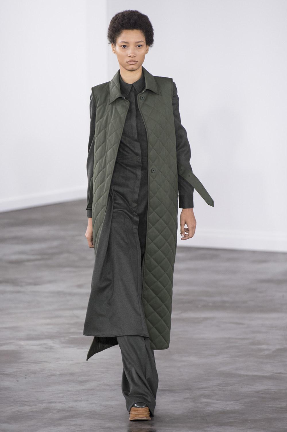 Gabriela Hearst时装系列细条纹西装和宽大毛衣之间形成鲜明对比-6.jpg