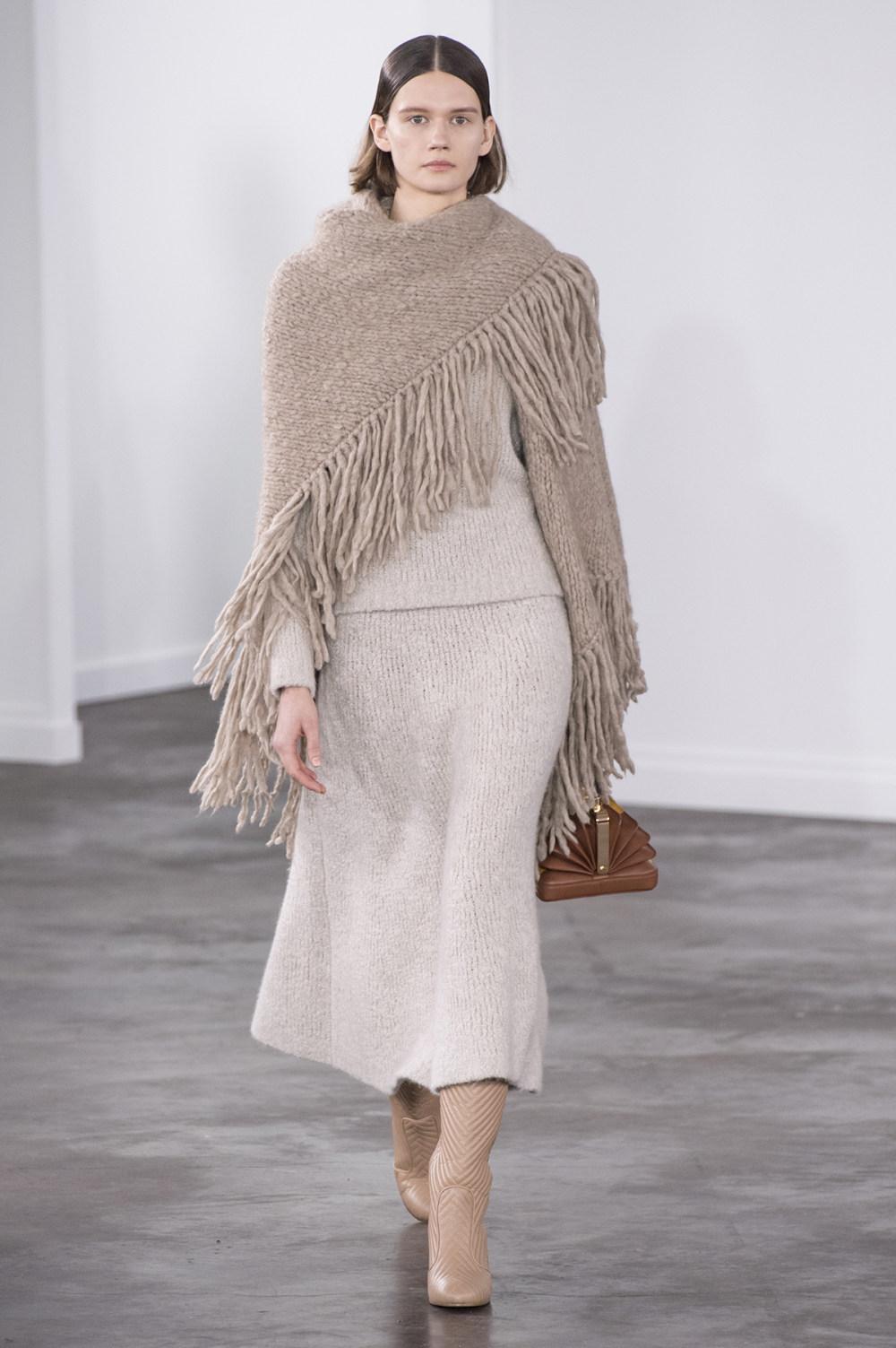 Gabriela Hearst时装系列细条纹西装和宽大毛衣之间形成鲜明对比-8.jpg