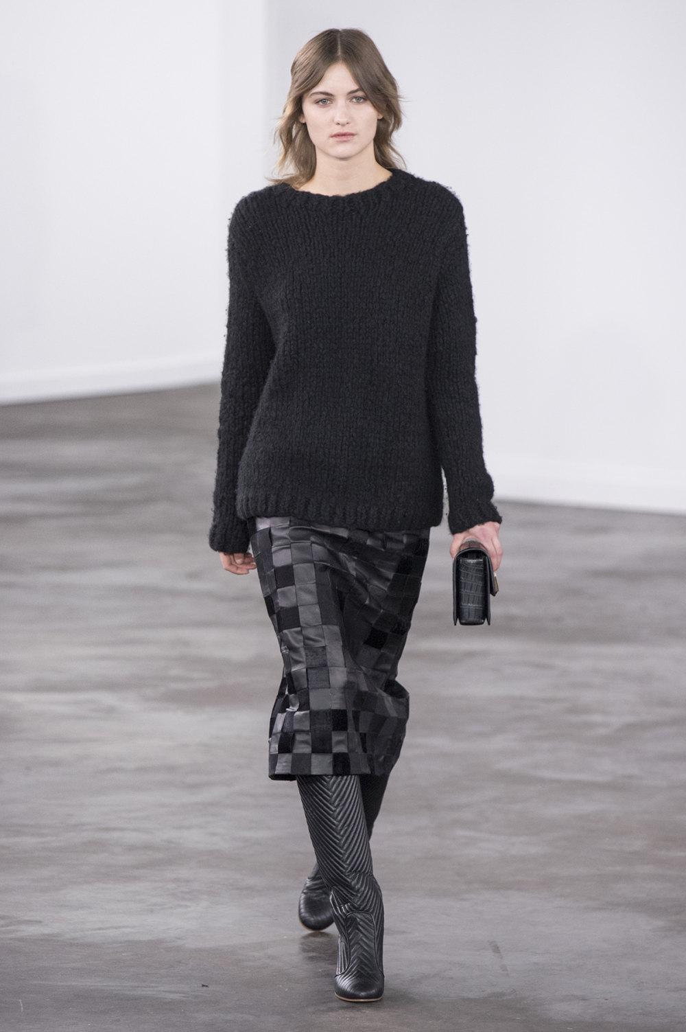 Gabriela Hearst时装系列细条纹西装和宽大毛衣之间形成鲜明对比-10.jpg