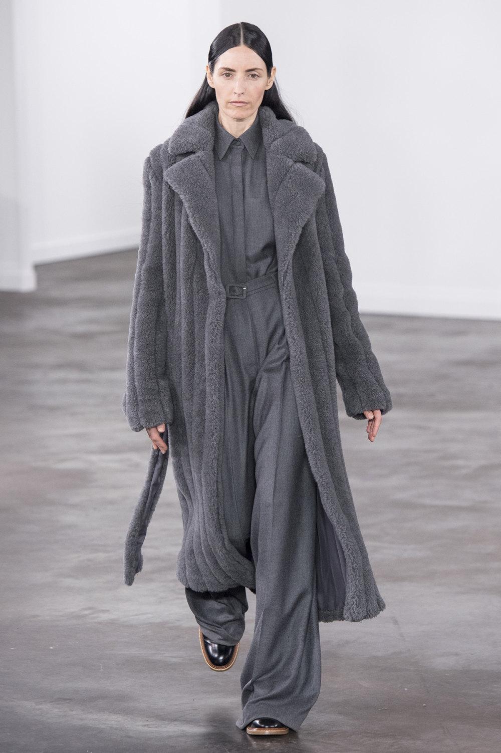 Gabriela Hearst时装系列细条纹西装和宽大毛衣之间形成鲜明对比-11.jpg
