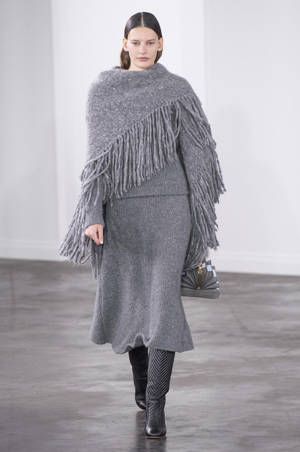 Gabriela Hearst时装系列细条纹西装和宽大毛衣之间形成鲜明对比-12.jpg