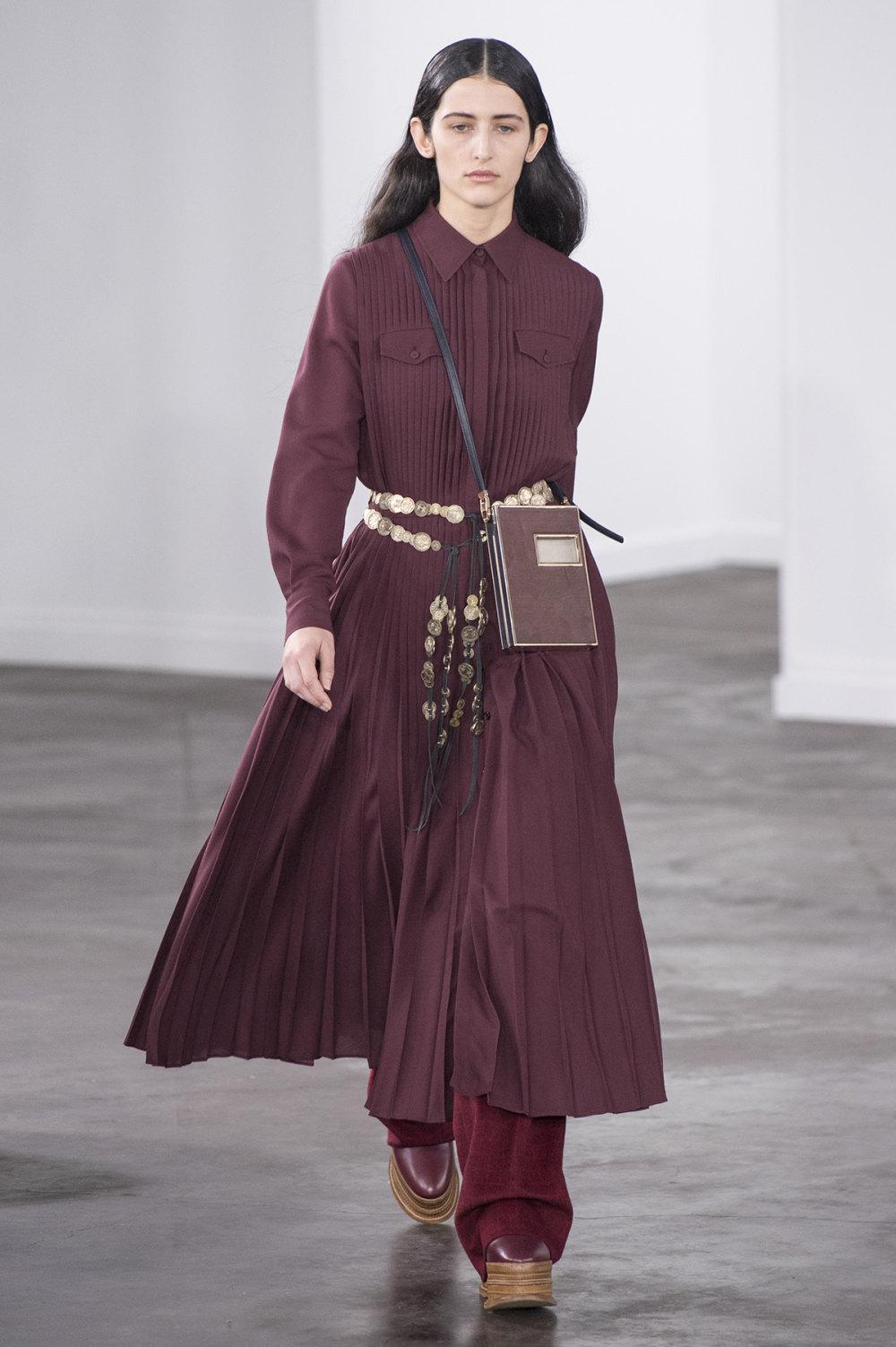 Gabriela Hearst时装系列细条纹西装和宽大毛衣之间形成鲜明对比-14.jpg