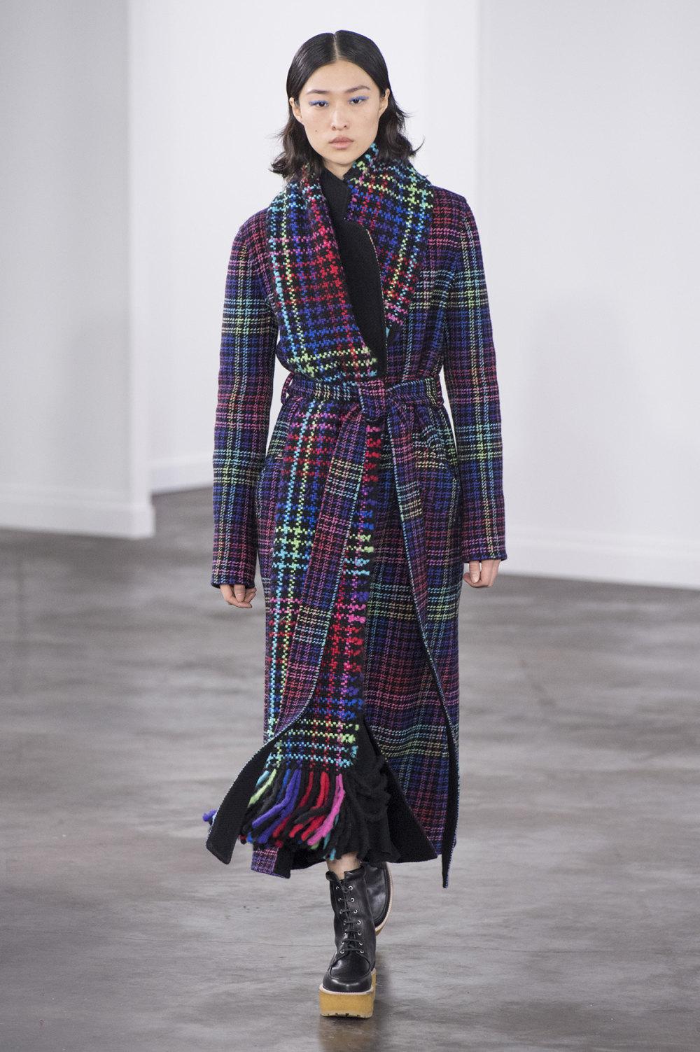 Gabriela Hearst时装系列细条纹西装和宽大毛衣之间形成鲜明对比-15.jpg