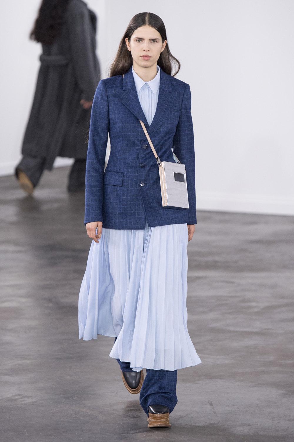 Gabriela Hearst时装系列细条纹西装和宽大毛衣之间形成鲜明对比-16.jpg