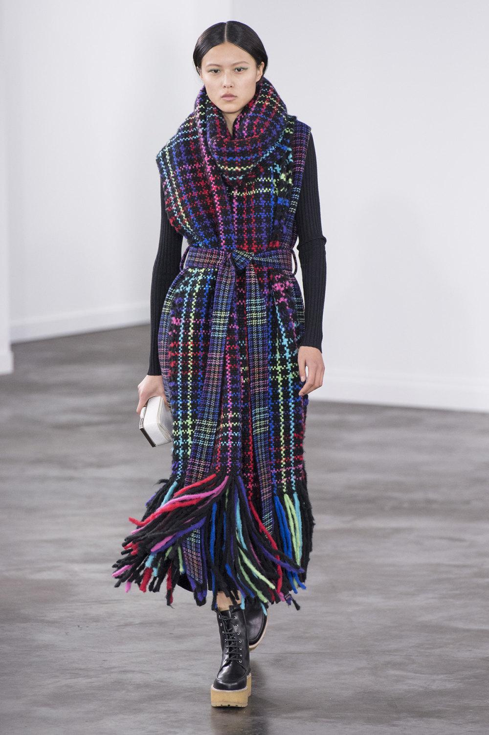 Gabriela Hearst时装系列细条纹西装和宽大毛衣之间形成鲜明对比-17.jpg