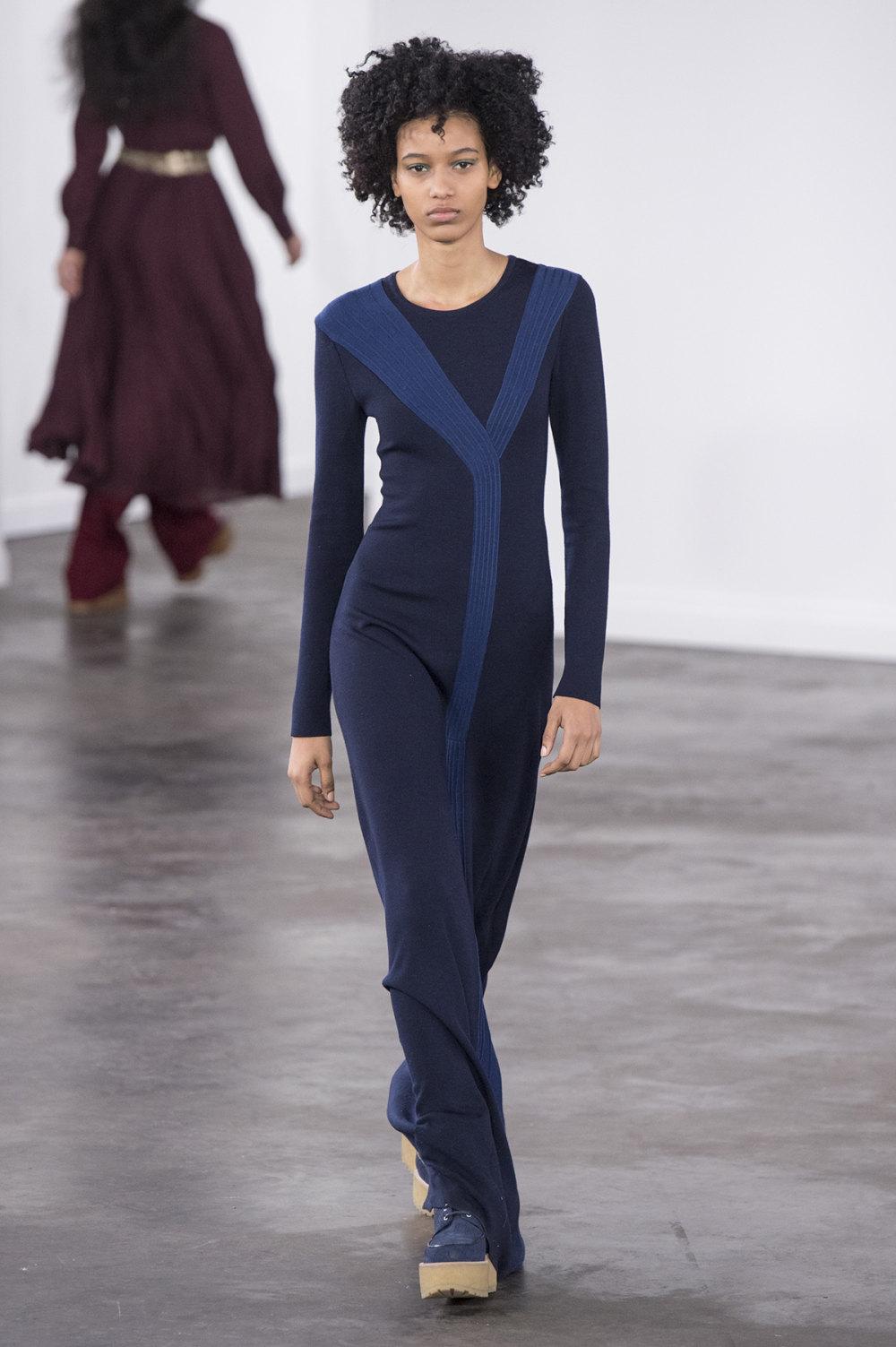 Gabriela Hearst时装系列细条纹西装和宽大毛衣之间形成鲜明对比-18.jpg