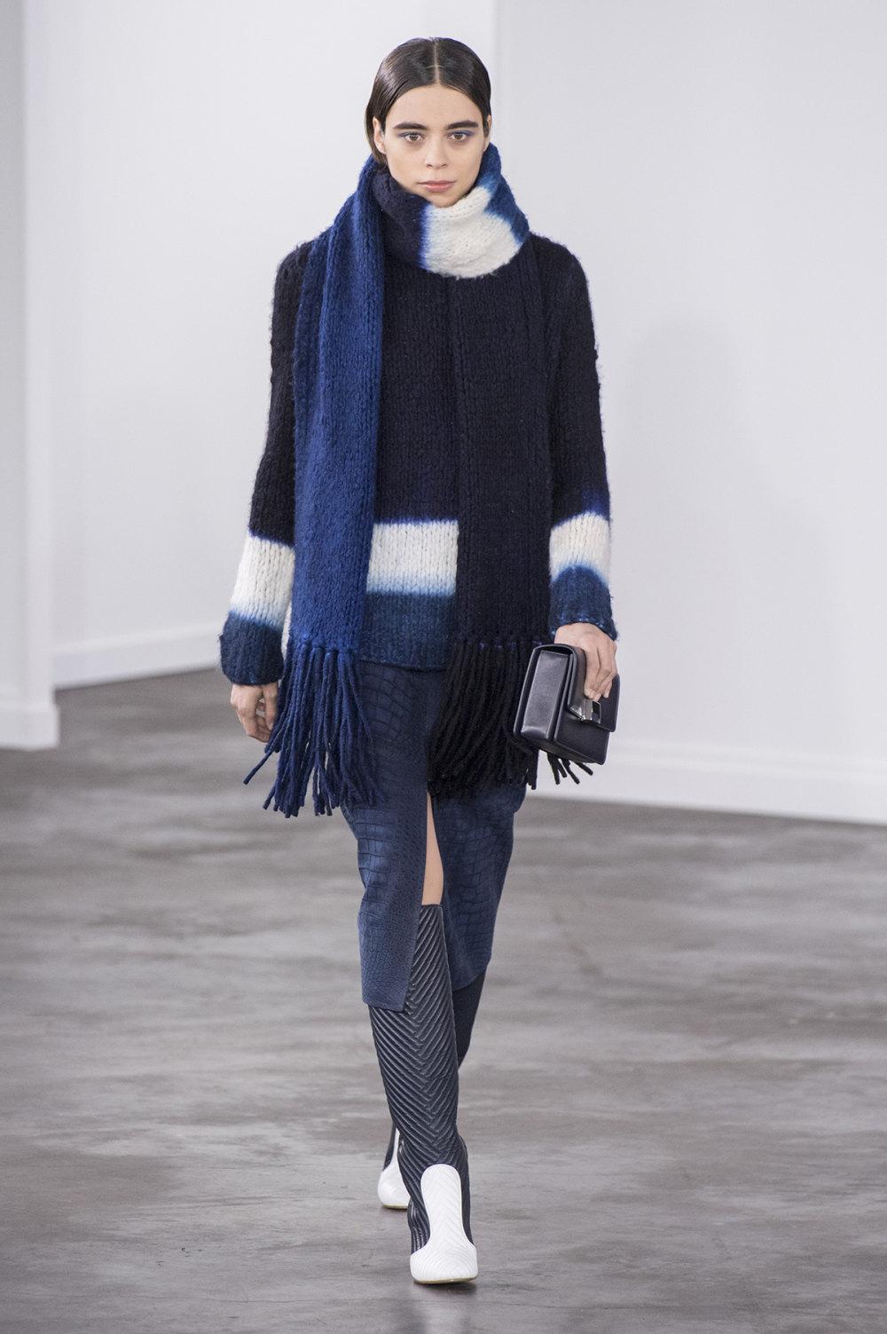 Gabriela Hearst时装系列细条纹西装和宽大毛衣之间形成鲜明对比-19.jpg