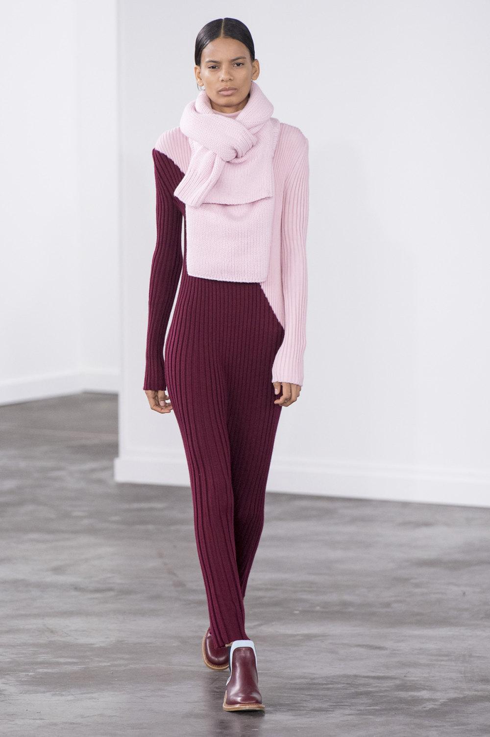 Gabriela Hearst时装系列细条纹西装和宽大毛衣之间形成鲜明对比-20.jpg