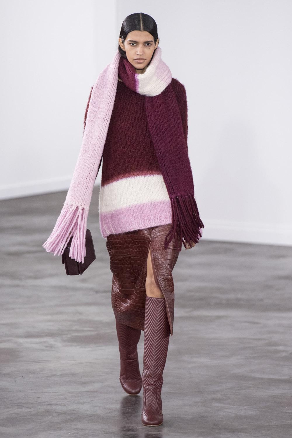 Gabriela Hearst时装系列细条纹西装和宽大毛衣之间形成鲜明对比-21.jpg