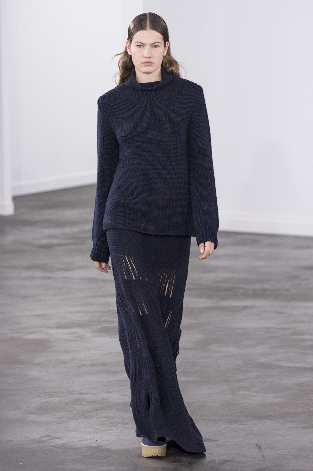 Gabriela Hearst时装系列细条纹西装和宽大毛衣之间形成鲜明对比-23.jpg