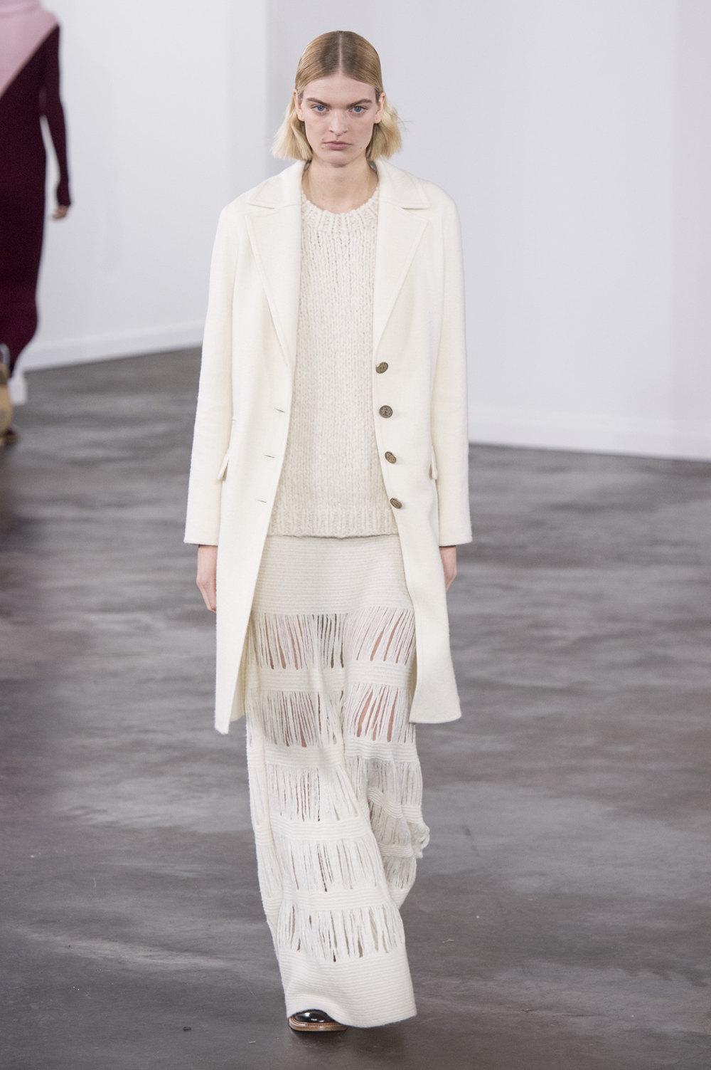 Gabriela Hearst时装系列细条纹西装和宽大毛衣之间形成鲜明对比-24.jpg