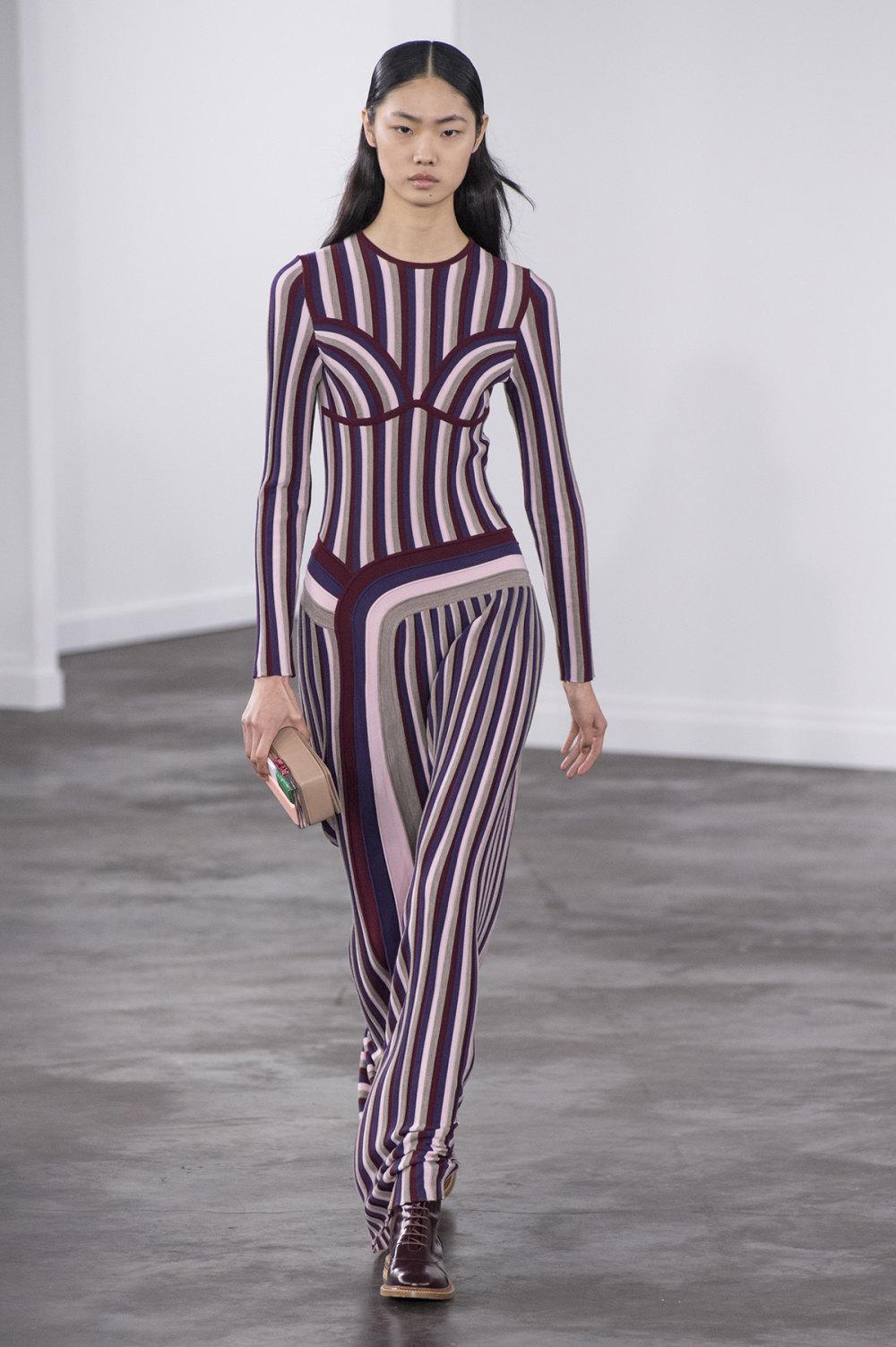 Gabriela Hearst时装系列细条纹西装和宽大毛衣之间形成鲜明对比-28.jpg