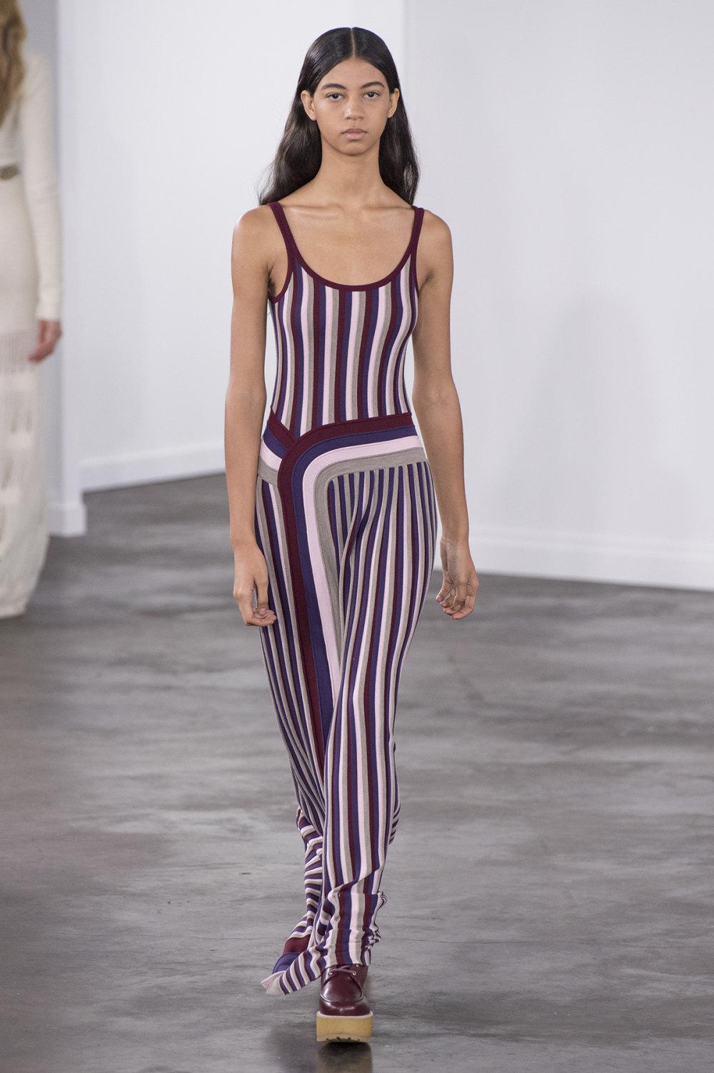 Gabriela Hearst时装系列细条纹西装和宽大毛衣之间形成鲜明对比-29.jpg