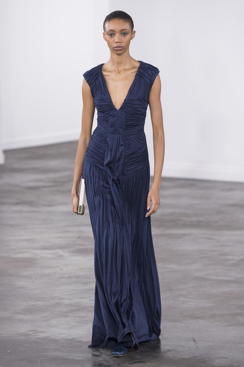Gabriela Hearst时装系列细条纹西装和宽大毛衣之间形成鲜明对比-30.jpg