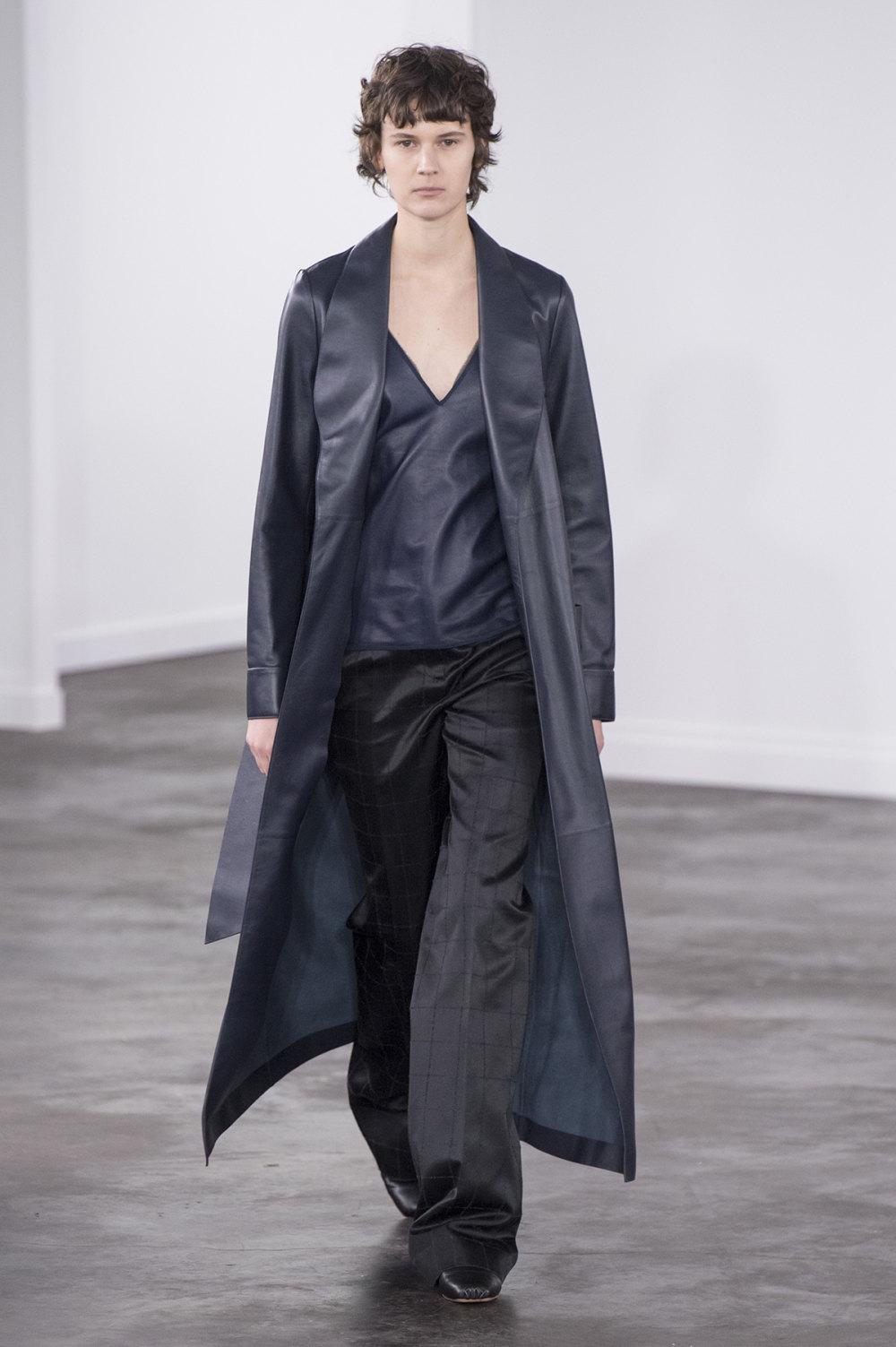Gabriela Hearst时装系列细条纹西装和宽大毛衣之间形成鲜明对比-31.jpg