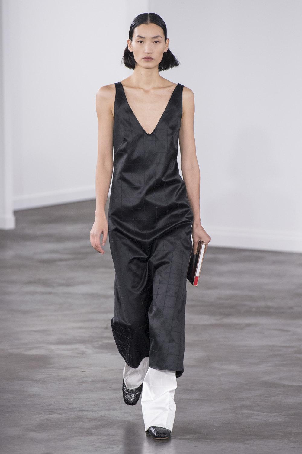Gabriela Hearst时装系列细条纹西装和宽大毛衣之间形成鲜明对比-33.jpg