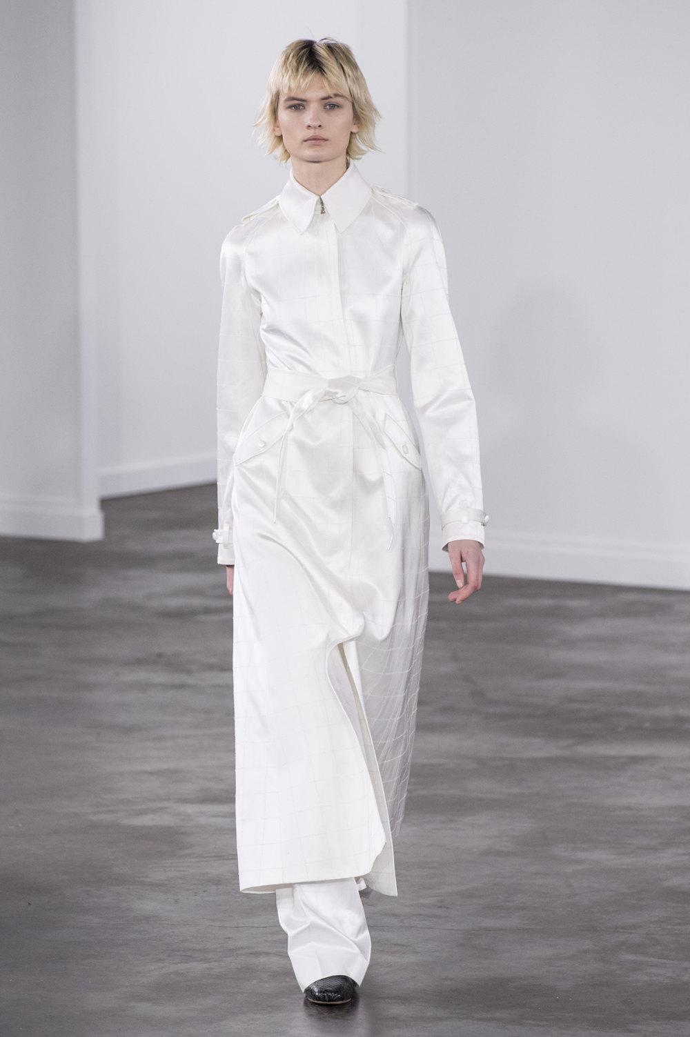 Gabriela Hearst时装系列细条纹西装和宽大毛衣之间形成鲜明对比-34.jpg