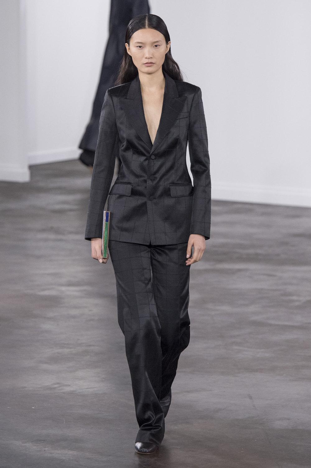 Gabriela Hearst时装系列细条纹西装和宽大毛衣之间形成鲜明对比-35.jpg