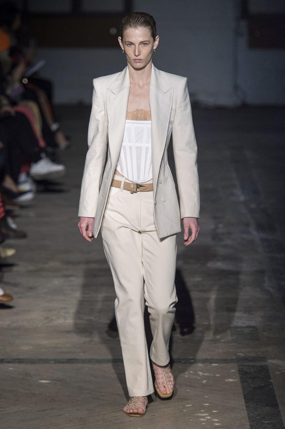 Dion Lee没有紧身衣的连衣裙被聚集或扭曲保持调色板的简约和奢华-1.jpg