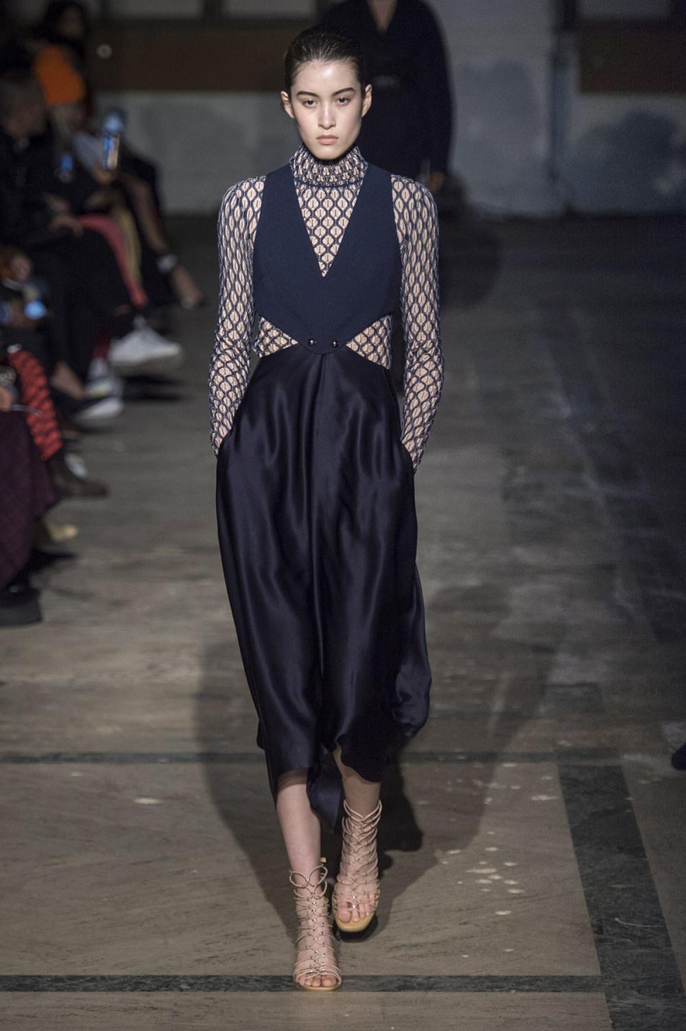 Dion Lee没有紧身衣的连衣裙被聚集或扭曲保持调色板的简约和奢华-18.jpg