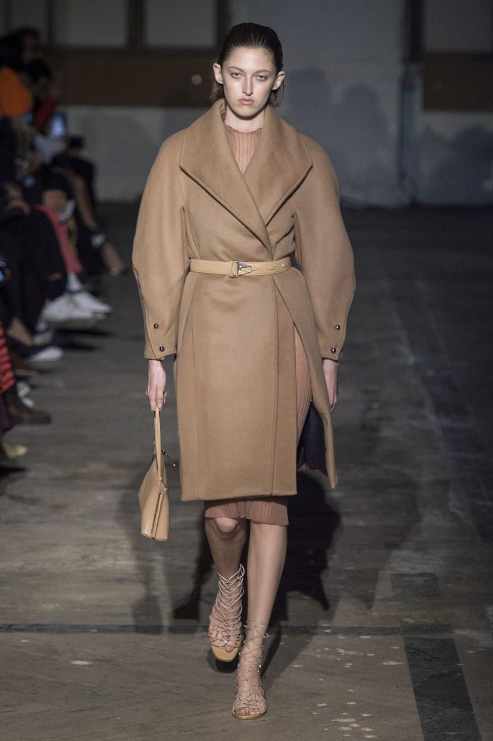 Dion Lee没有紧身衣的连衣裙被聚集或扭曲保持调色板的简约和奢华-20.jpg
