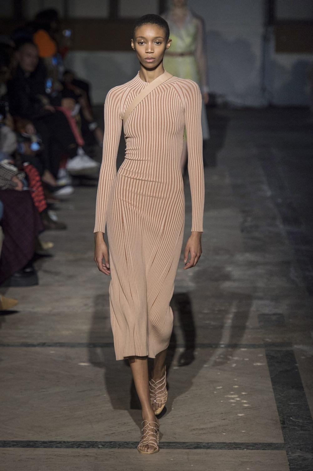 Dion Lee没有紧身衣的连衣裙被聚集或扭曲保持调色板的简约和奢华-21.jpg