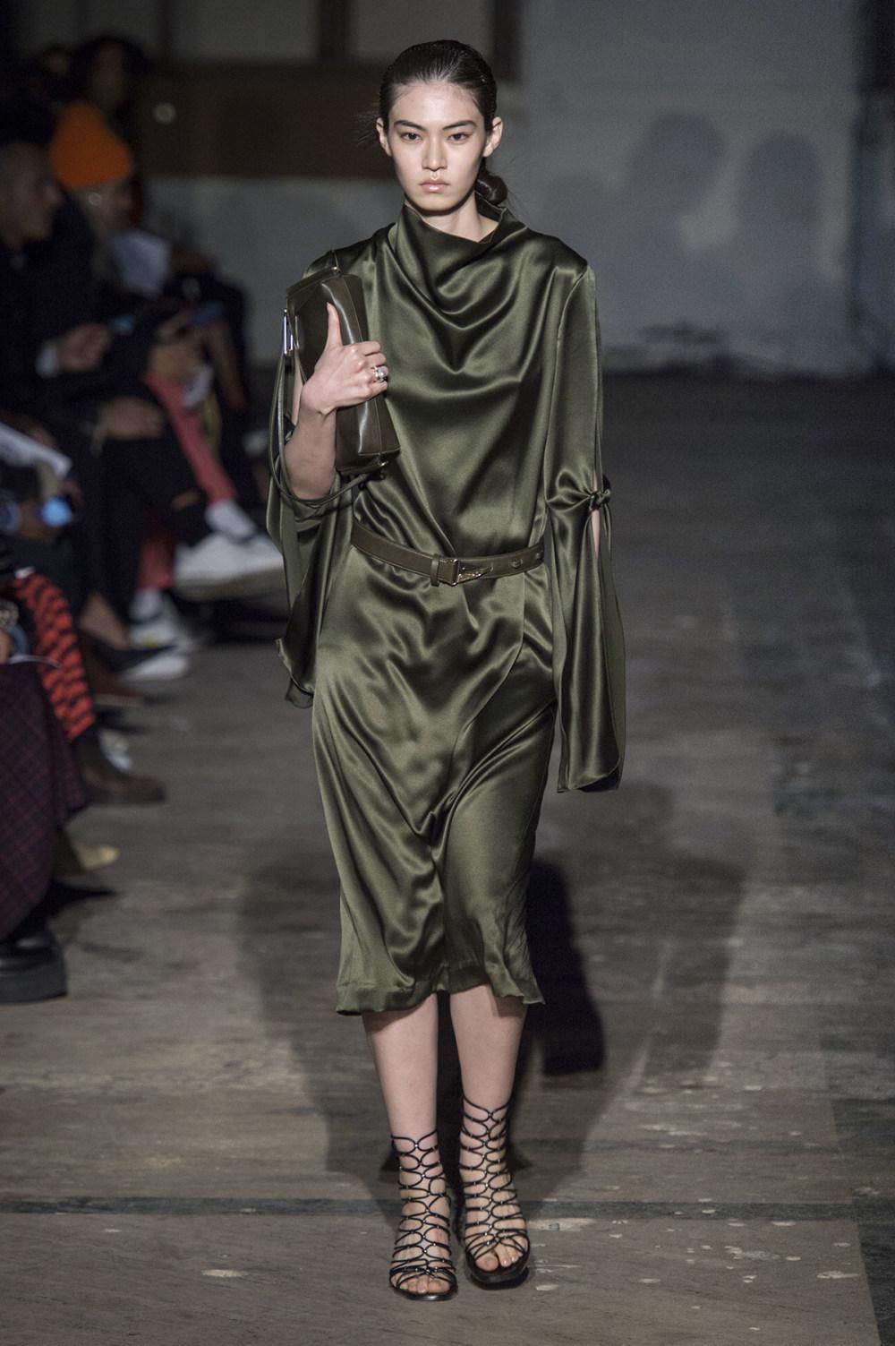 Dion Lee没有紧身衣的连衣裙被聚集或扭曲保持调色板的简约和奢华-25.jpg