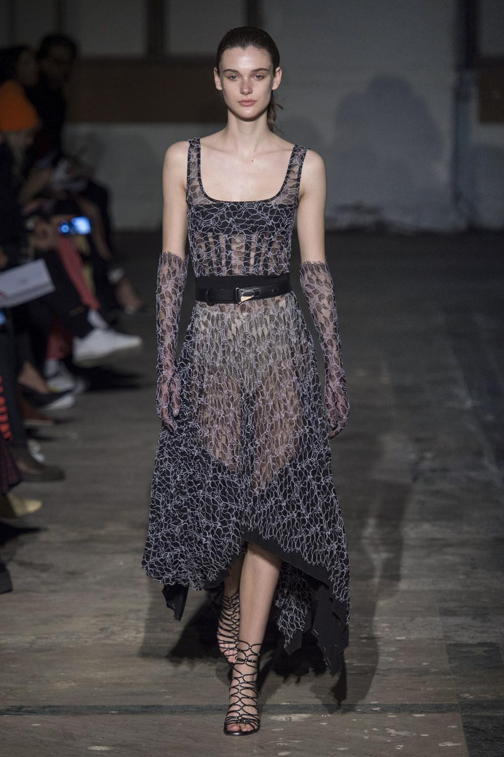 Dion Lee没有紧身衣的连衣裙被聚集或扭曲保持调色板的简约和奢华-34.jpg
