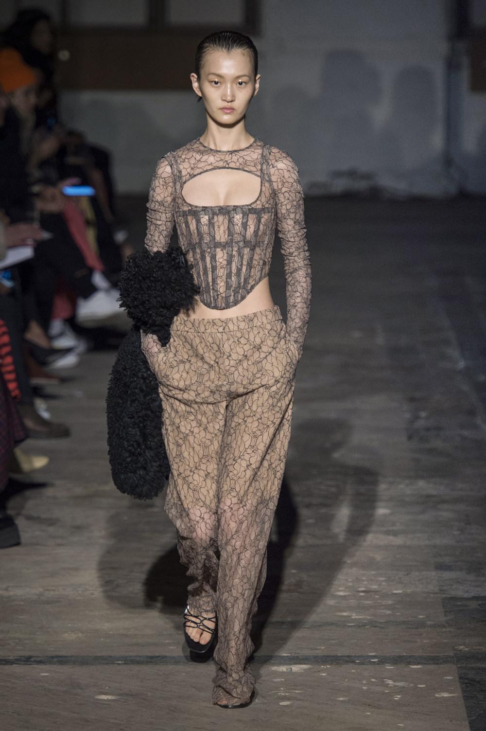 Dion Lee没有紧身衣的连衣裙被聚集或扭曲保持调色板的简约和奢华-37.jpg