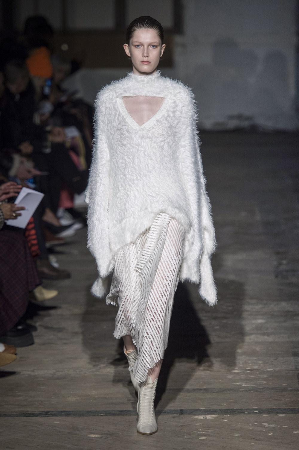 Dion Lee没有紧身衣的连衣裙被聚集或扭曲保持调色板的简约和奢华-38.jpg