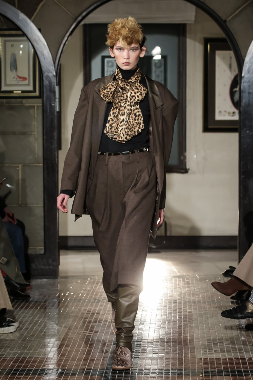 The Dallas时装系列长款飘逸的连衣裙采用华美色调和花卉印花設計-2.jpg