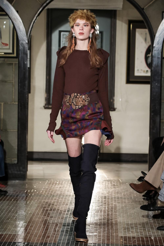 The Dallas时装系列长款飘逸的连衣裙采用华美色调和花卉印花設計-4.jpg
