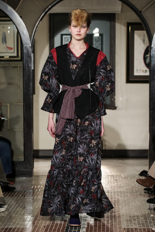 The Dallas时装系列长款飘逸的连衣裙采用华美色调和花卉印花設計-7.jpg