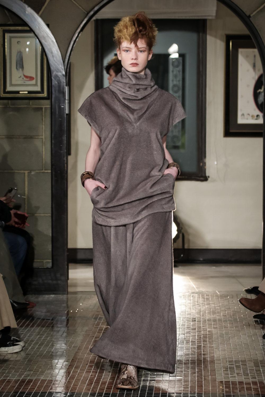 The Dallas时装系列长款飘逸的连衣裙采用华美色调和花卉印花設計-11.jpg