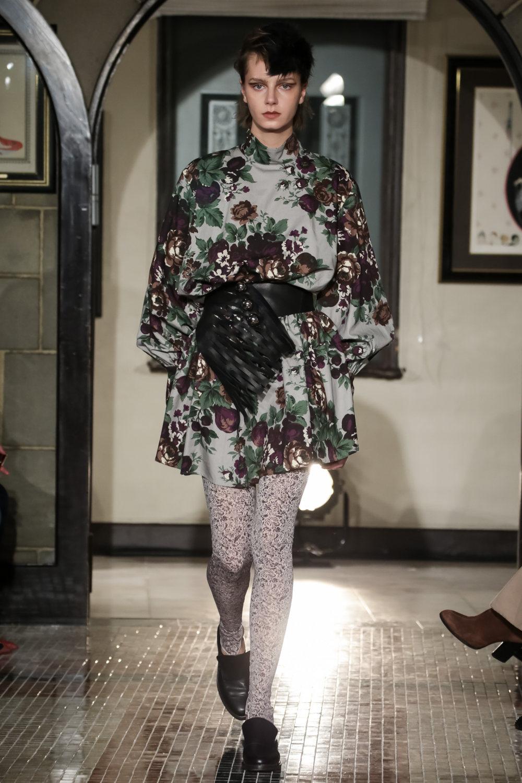 The Dallas时装系列长款飘逸的连衣裙采用华美色调和花卉印花設計-12.jpg
