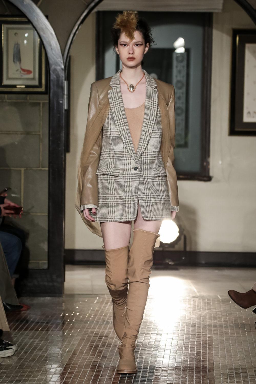 The Dallas时装系列长款飘逸的连衣裙采用华美色调和花卉印花設計-13.jpg