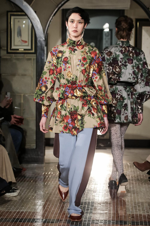The Dallas时装系列长款飘逸的连衣裙采用华美色调和花卉印花設計-15.jpg