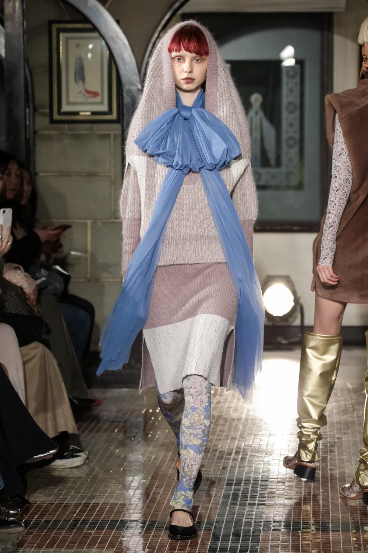 The Dallas时装系列长款飘逸的连衣裙采用华美色调和花卉印花設計-16.jpg