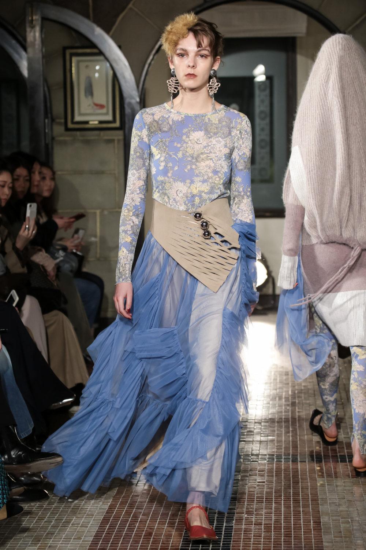 The Dallas时装系列长款飘逸的连衣裙采用华美色调和花卉印花設計-17.jpg