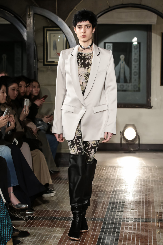 The Dallas时装系列长款飘逸的连衣裙采用华美色调和花卉印花設計-25.jpg
