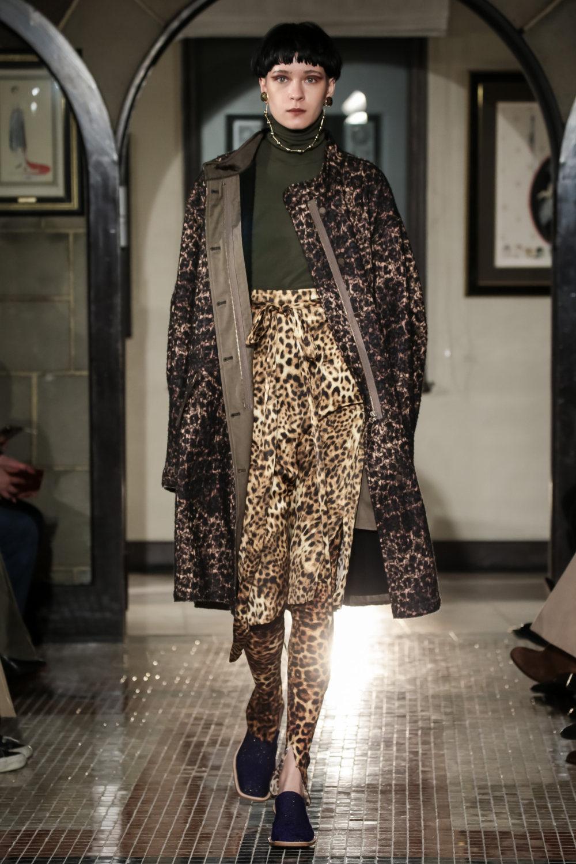 The Dallas时装系列长款飘逸的连衣裙采用华美色调和花卉印花設計-28.jpg