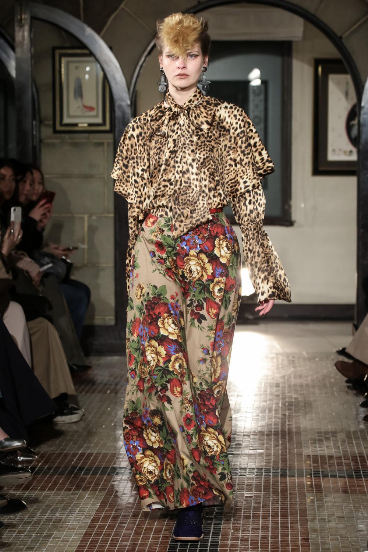 The Dallas时装系列长款飘逸的连衣裙采用华美色调和花卉印花設計-29.jpg