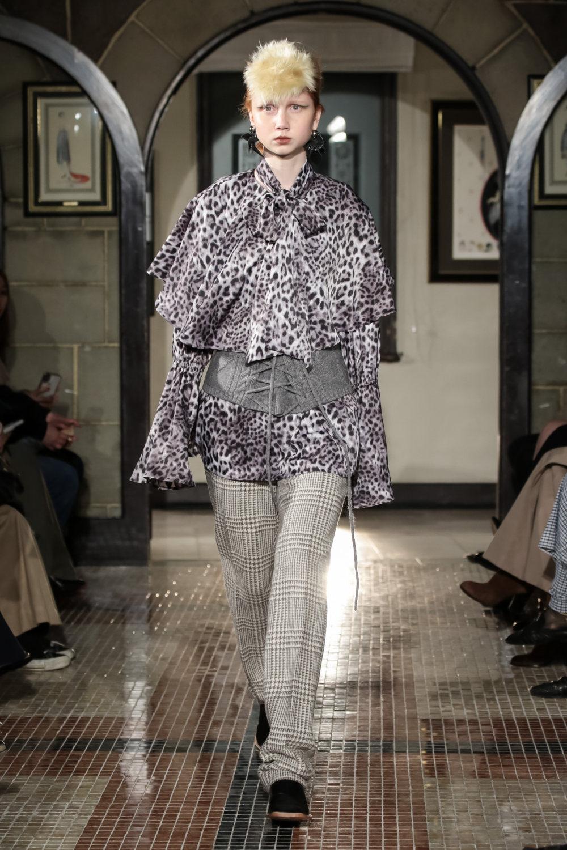 The Dallas时装系列长款飘逸的连衣裙采用华美色调和花卉印花設計-31.jpg