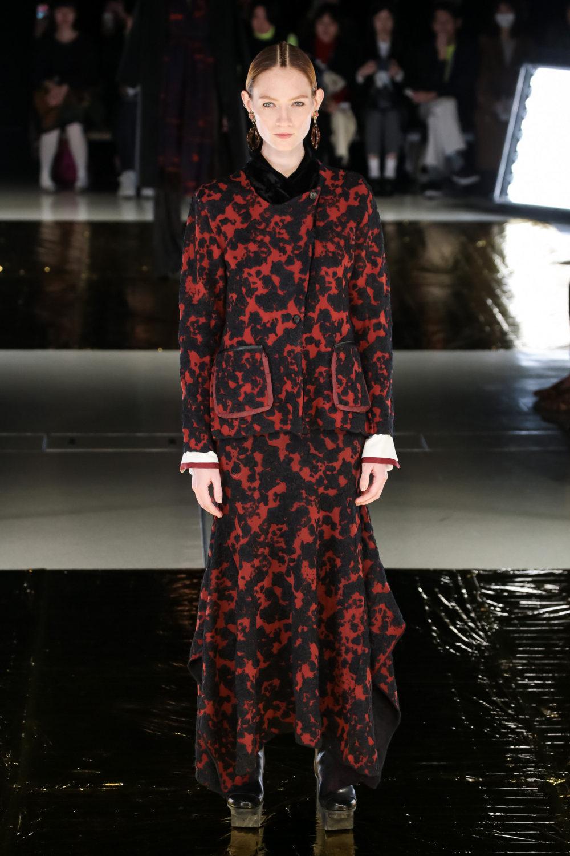 Malamute时装系列搭配一件带有象牙色斑点的冷肩黑色毛衣-1.jpg