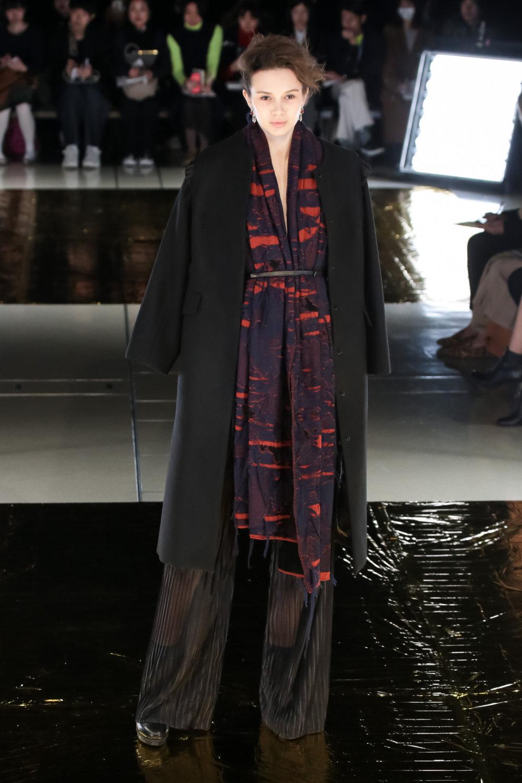 Malamute时装系列搭配一件带有象牙色斑点的冷肩黑色毛衣-2.jpg