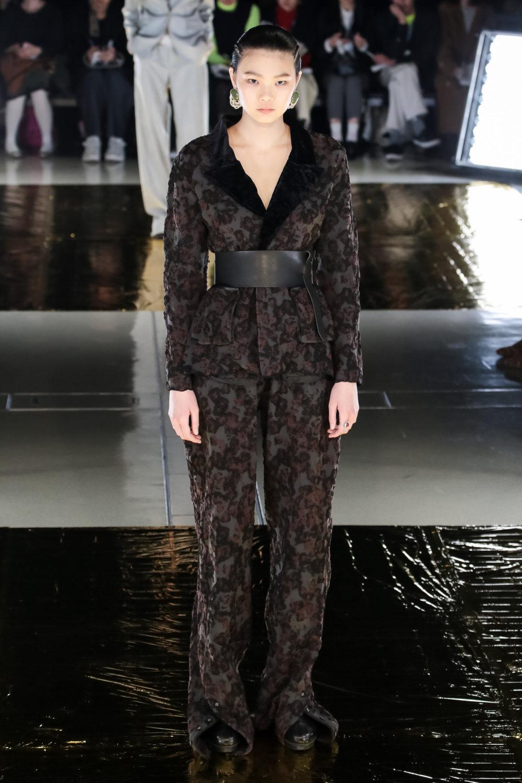 Malamute时装系列搭配一件带有象牙色斑点的冷肩黑色毛衣-3.jpg