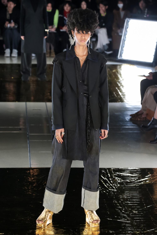 Malamute时装系列搭配一件带有象牙色斑点的冷肩黑色毛衣-5.jpg