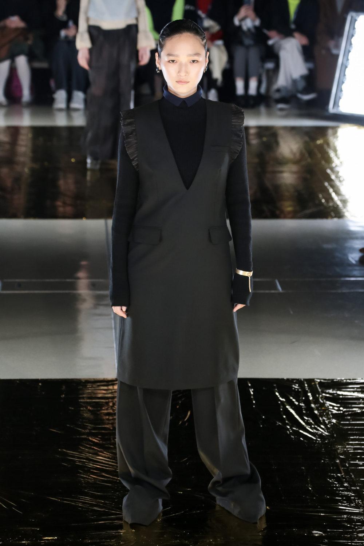 Malamute时装系列搭配一件带有象牙色斑点的冷肩黑色毛衣-6.jpg