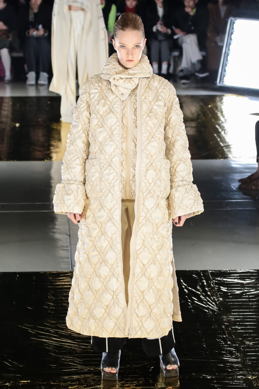 Malamute时装系列搭配一件带有象牙色斑点的冷肩黑色毛衣-8.jpg