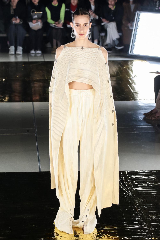 Malamute时装系列搭配一件带有象牙色斑点的冷肩黑色毛衣-9.jpg